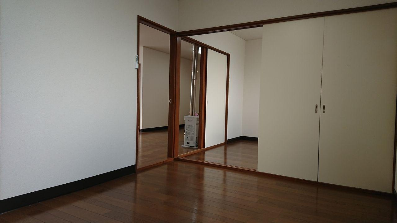 隣り合った洋室は戸を開けて行き来できます♪