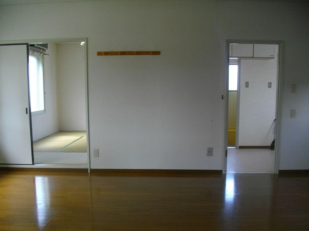 居間から見た和室と洗面所方向です