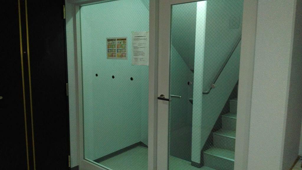 各部屋の入口との境にドアがあります