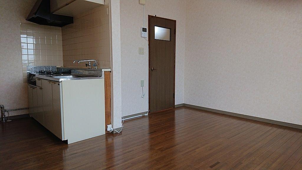 玄関へ通じるドアが見えます