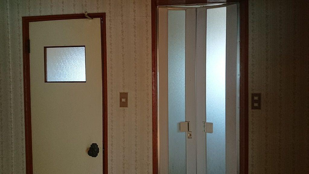 左がトイレのドア、右が浴室のドアです