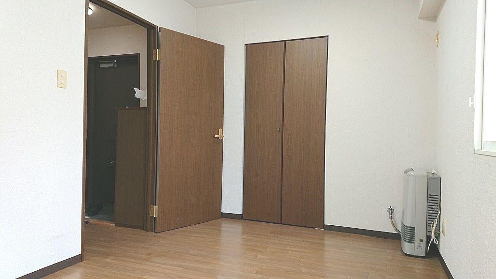 左側ドアを開けると玄関ホールになります。