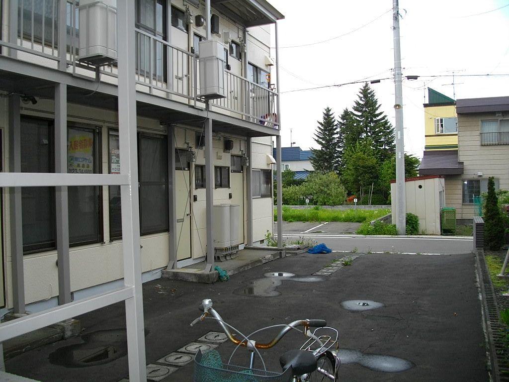 駐車場は道路を挟んで向かいです。
