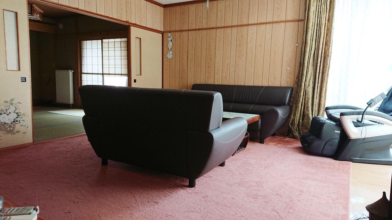 2方向出窓のあるリビングルーム。家具はそのまま使用も相談可能。