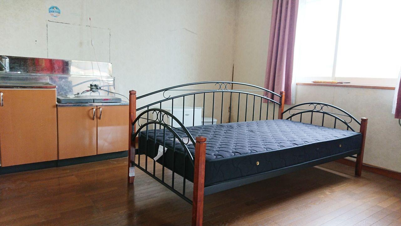 小さなキッチンのある2階洋室。壁紙・キッチンは交換予定。