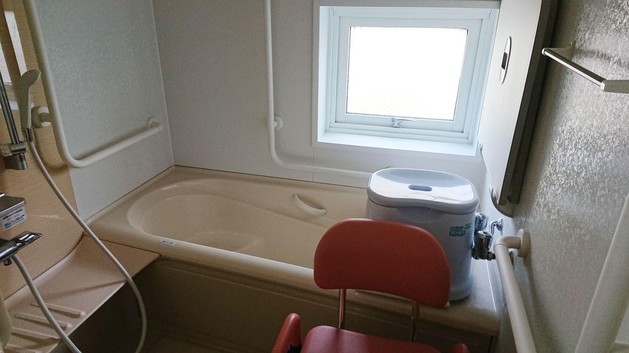 窓つきのバスルームは1坪サイズ