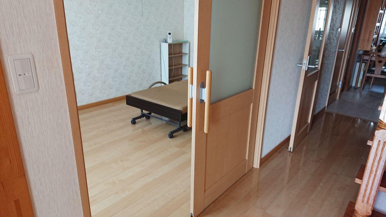 玄関すぐ横廊下からの洋室。大き目のスライドドアで歩行器など使用の方も安心