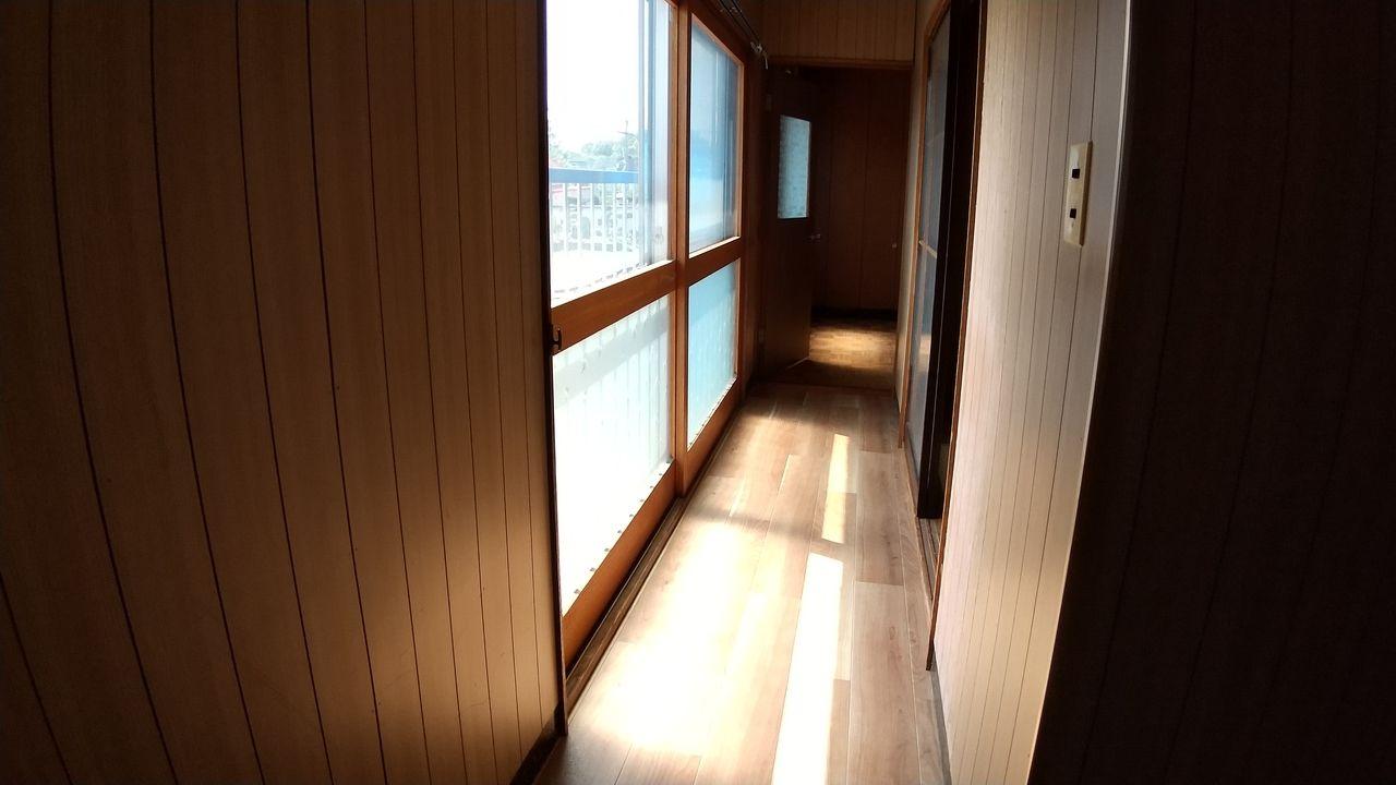 廊下は窓も大きく、2F和室の縁側のような配置になっています。