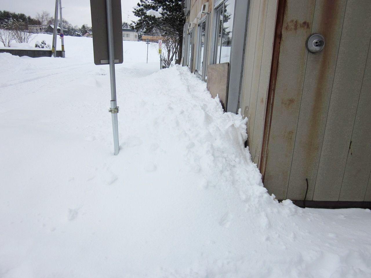 賃貸アパートの管理業務として、除排雪を行っています。