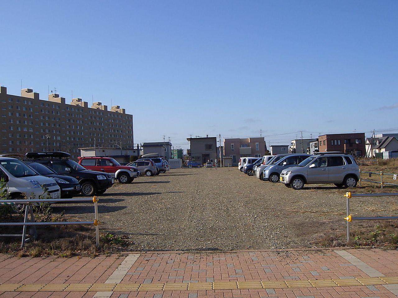 駐車場の草刈りは基本的には貸主の責任です。