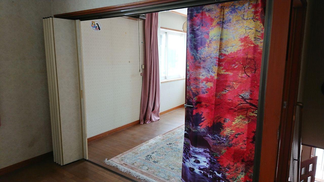 アコーディオンカーテンが仕切りの洋室。