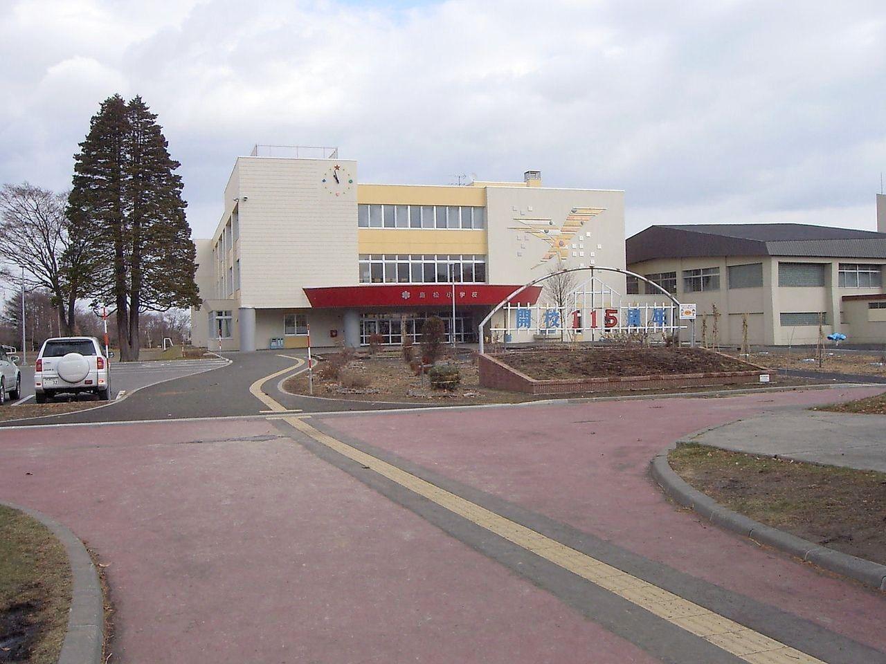 島松市街地のはずれ、閑静な農地に囲まれた小学校です。