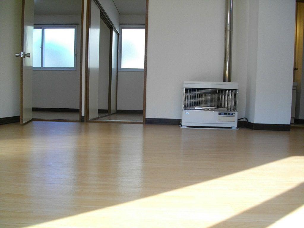 居間から洋室が2室見えます。