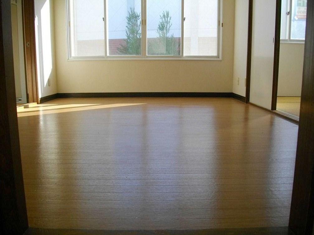 窓が大きく明るい室内