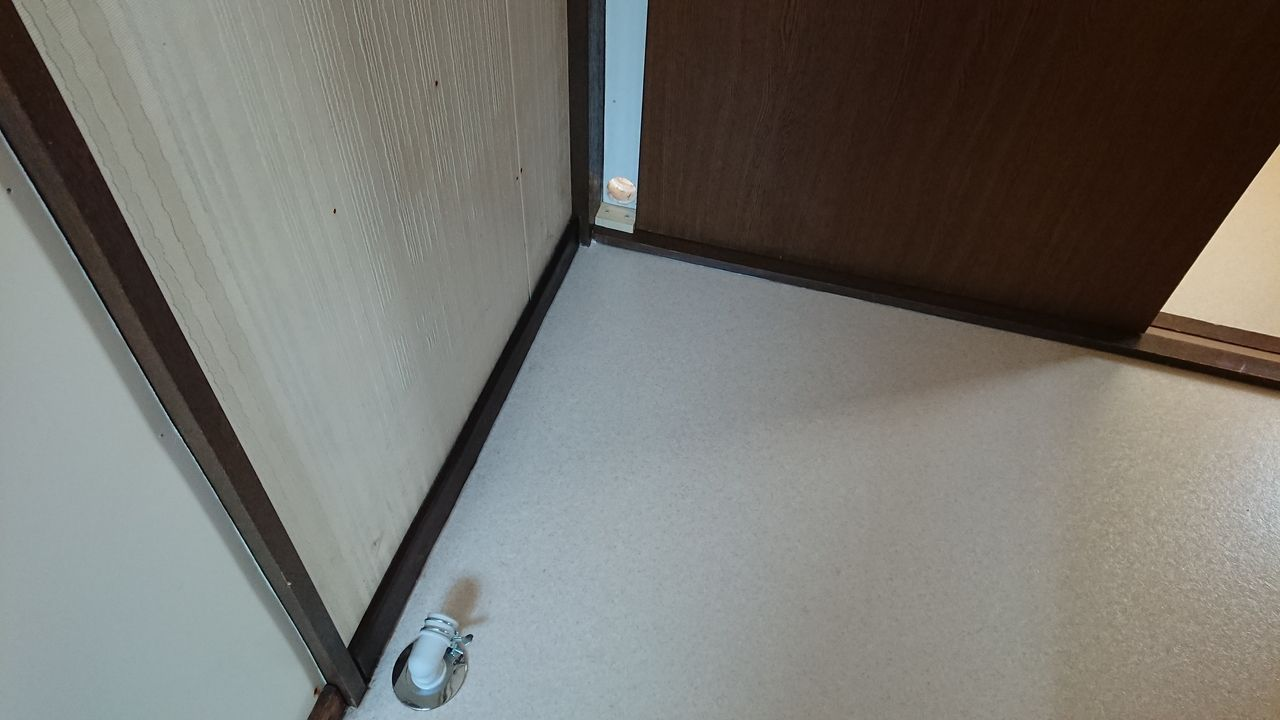配管を伸ばし、壁に排水ホースを通す穴をあけて、洗濯機置き場の位置を移動しました!